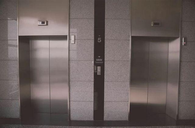 Лифт, который может ездить вверх-вниз и вправо-влево